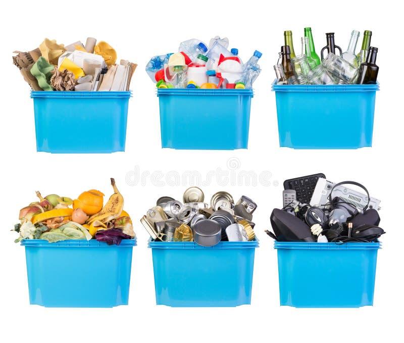 Wiederverwertungsbehälter mit Papier, Plastik, Glas, Metall, organischem und Elektronikschrott lokalisiert auf Weiß stockfotos