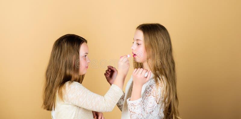 Wiedza bez praktyki robi ale połówka artysty Mały makeup artysta daje piękna tutorial Ma?y makija?u artysta zdjęcia stock