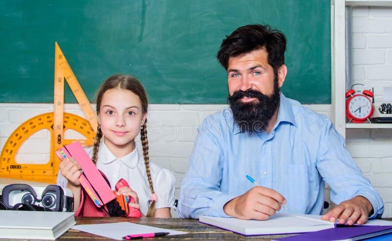 Wiedza Dzie? Domowy uczy? kogo? Intymna lekcja mały dziewczyny dziecko z brodatym nauczyciela mężczyzną w sali lekcyjnej córki na obraz royalty free