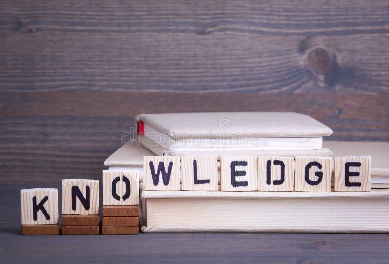 Wiedza od drewnianych listów Abstrakcjonistyczny biznesu i sukcesu tło zdjęcie stock