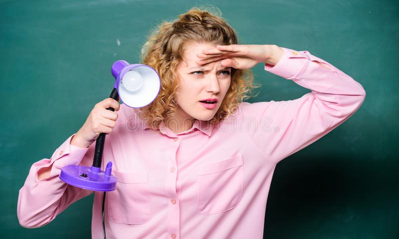 Wiedzy światło nauczyciel z lampą przy szkolnym blackboard studencka dziewczyna pracuje z elektrycznością brainstorming kobieta obrazy royalty free