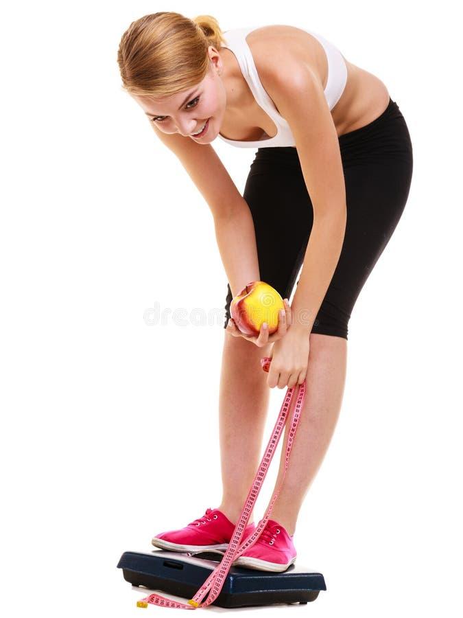 Wiegende Skala der glücklichen Frau Abnehmen des Gewichtsverlusts stockfoto