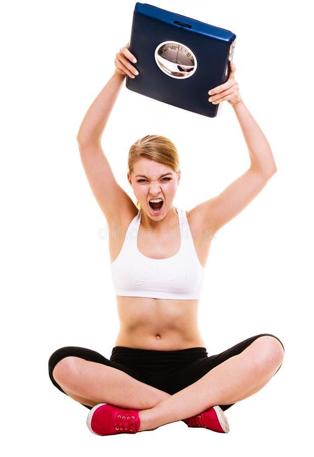 Wiegende Skala der verärgerten Frau Abnehmen des Gewichtsverlusts stockbild