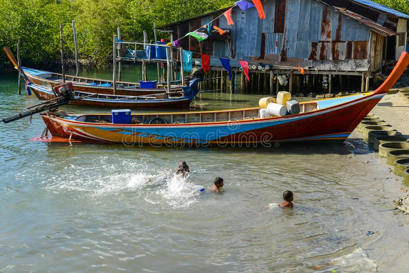 Wiejscy biedni dzieci pływa w płytkim morzu obraz royalty free