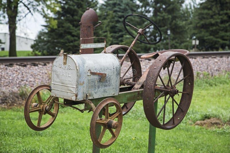 Wiejscy skrzynka pocztowa ciągnika tory szynowi obraz royalty free