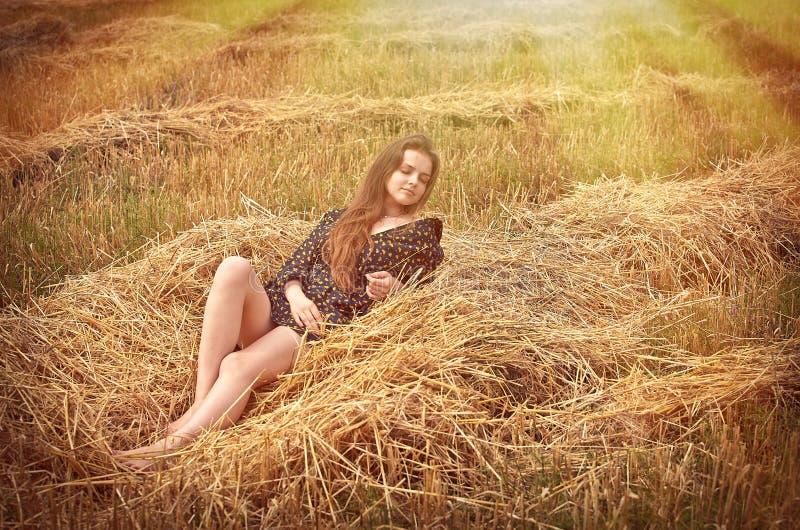 wiejska śródpolna dziewczyna zdjęcie royalty free