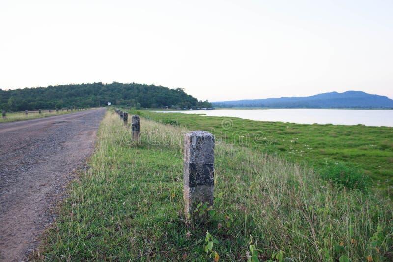 Wiejska droga blisko rzeki zdjęcia stock