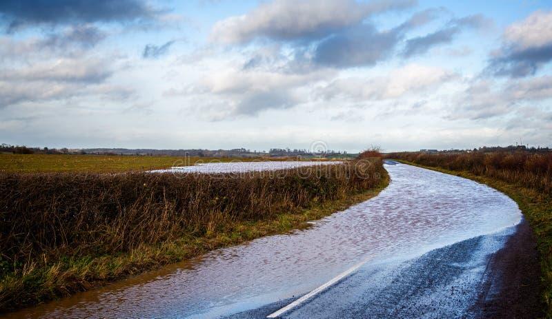 Wiejska droga blokująca opłata woda powodziowa obraz stock
