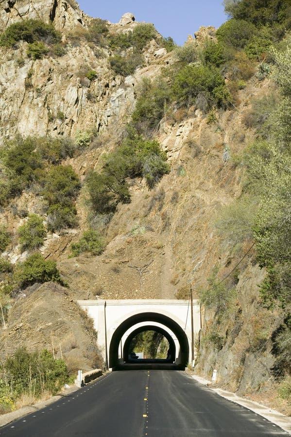 Wiejska droga prowadzi tunel przez góry na autostradzie 33 w Ojai, Ventura okręg administracyjny Kalifornia zdjęcie royalty free