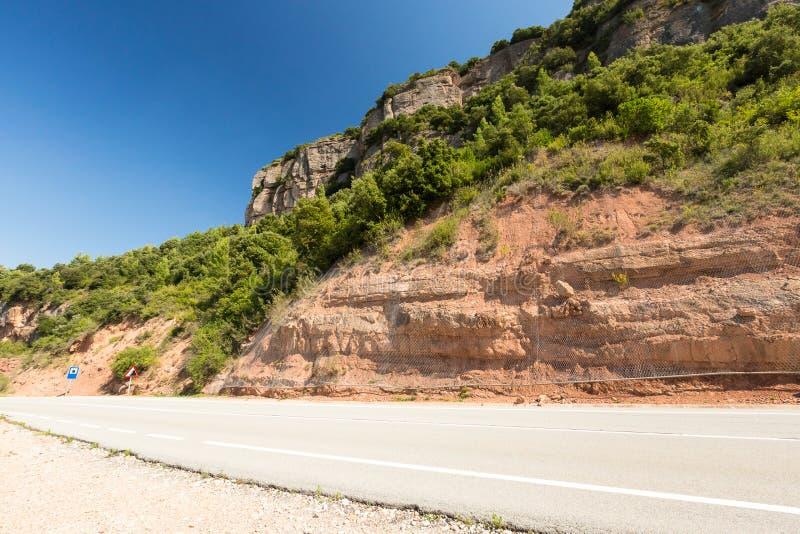 Wiejska droga wśród skał przy latem obrazy stock