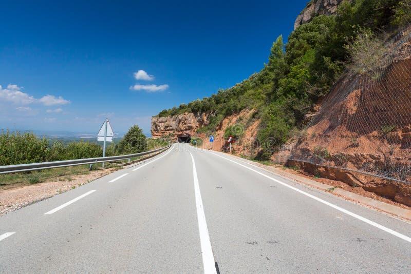 Wiejska droga wśród skał przy latem zdjęcie stock