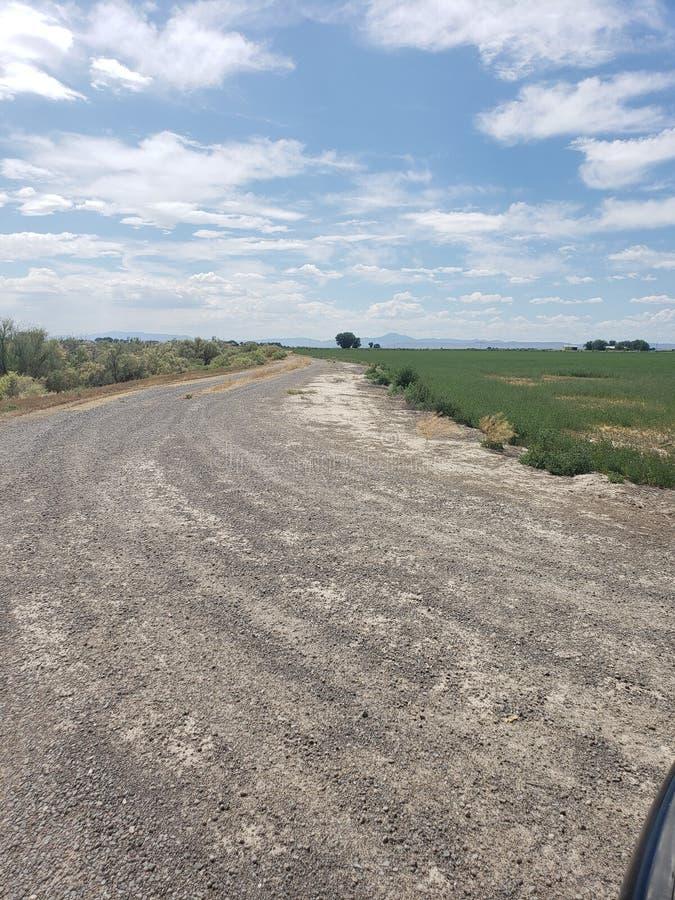 Wiejska droga w pustynnej uprawia ziemię społeczności obraz stock