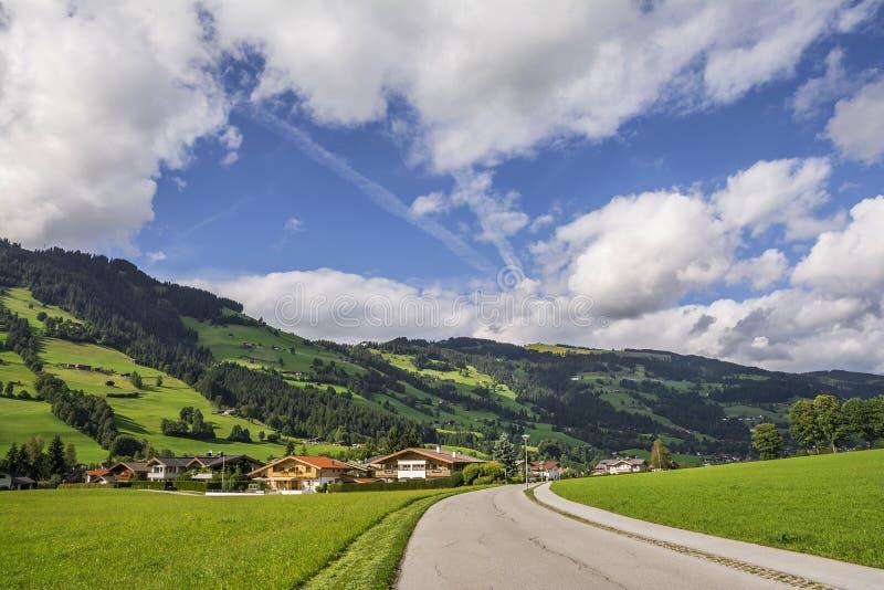 Wiejska droga w Westendorf, Brixental dolina w Tirolean Alps, Austria, obraz royalty free