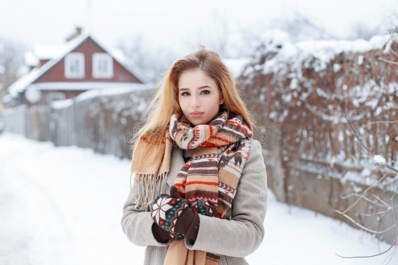 Wiejska młoda elegancka kobieta w zim szarość żakiecie w rocznika eleganckim szaliku w ciepłych woolen mitynkach stoi na śnieżnej obrazy royalty free