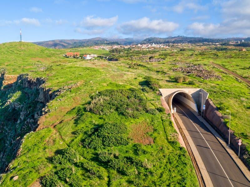 Wiejska wieś z Tunelową Drogową madery wyspą obraz stock