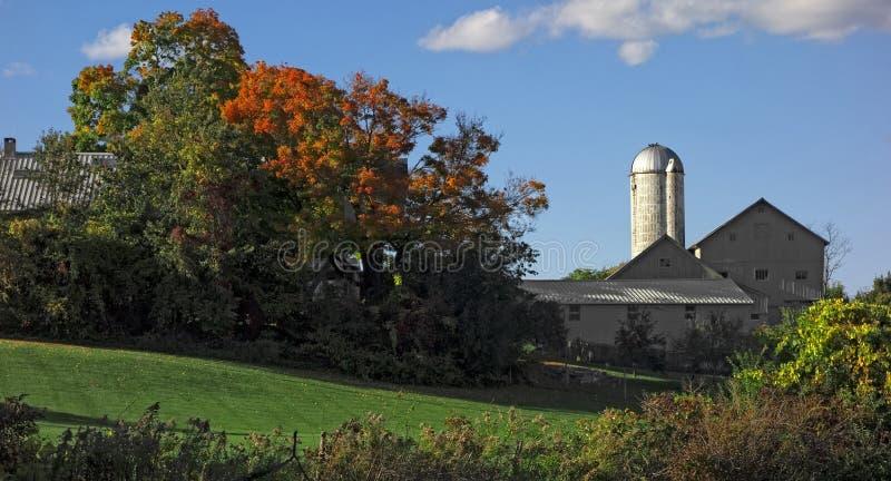 Wiejski dom wiejski w jesieni zdjęcia royalty free