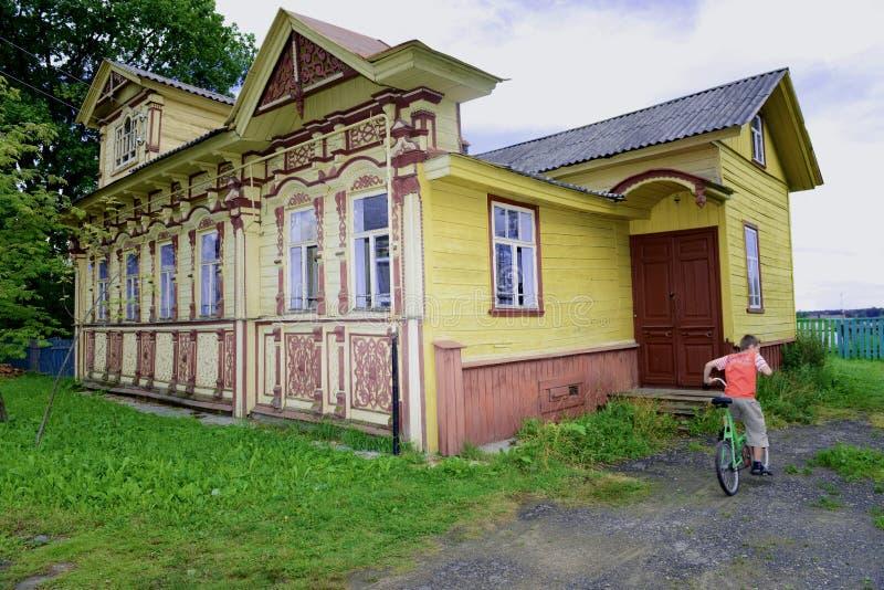 Wiejski drewniany dom zdjęcia royalty free