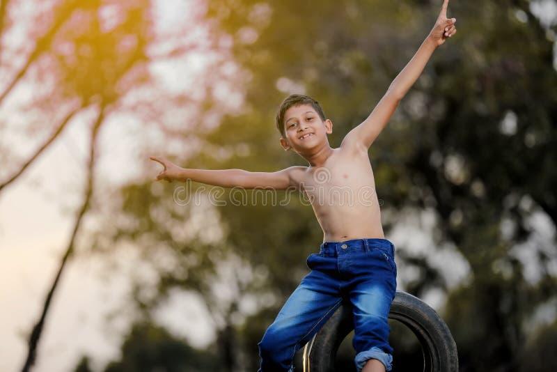 Wiejski Indiański dziecko Bawić się krykieta zdjęcie royalty free