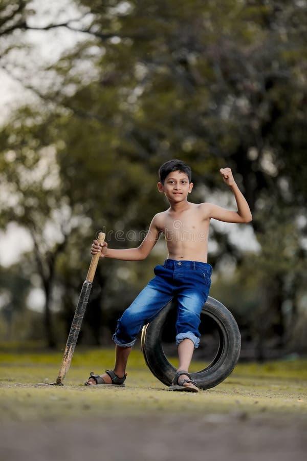 Wiejski Indiański dziecko Bawić się krykieta obraz stock