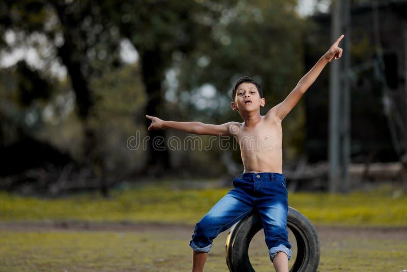 Wiejski Indiański dziecko Bawić się krykieta fotografia royalty free