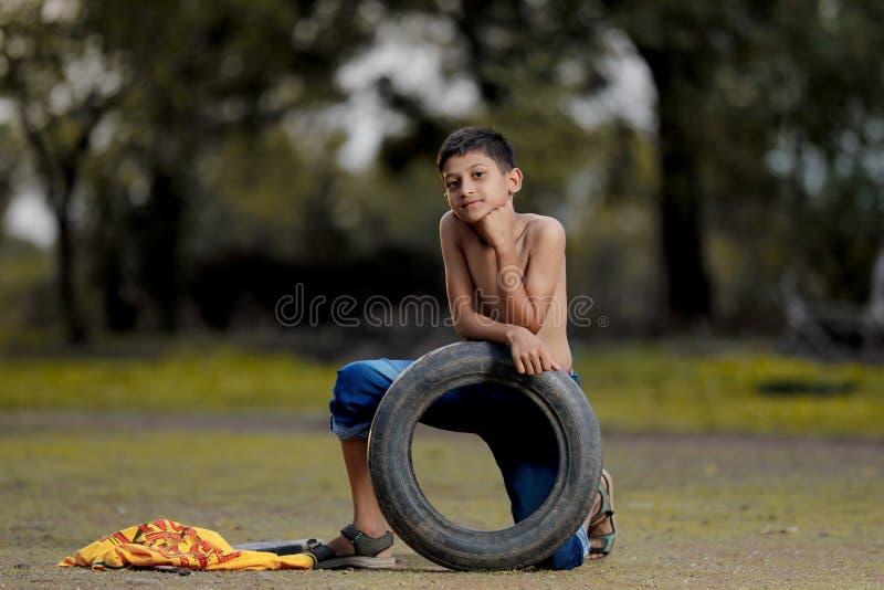Wiejski Indiański dziecko Bawić się krykieta fotografia stock