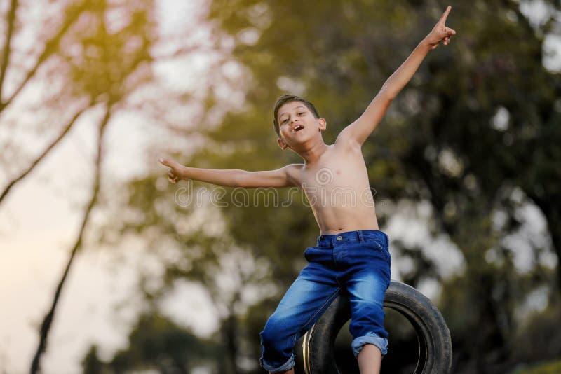 Wiejski Indiański dziecko Bawić się krykieta zdjęcie stock
