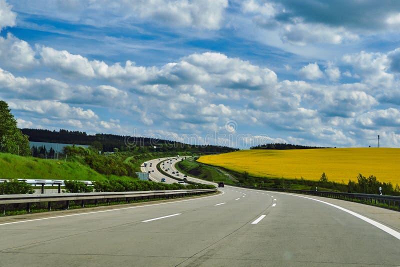 Wiejski krajobraz i samochody na autostradzie obraz royalty free