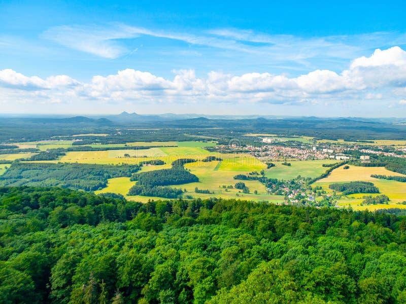 Wiejski krajobraz wokoło Mimon na pogodnym letnim dniu, widok od Ralsko góry, republika czech obraz stock