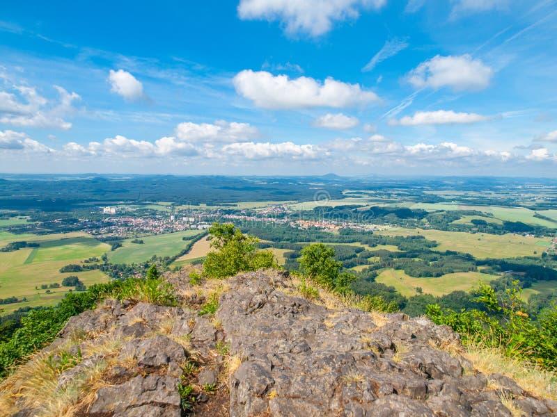 Wiejski krajobraz wokoło Mimon na pogodnym letnim dniu, widok od Ralsko góry, republika czech zdjęcia royalty free