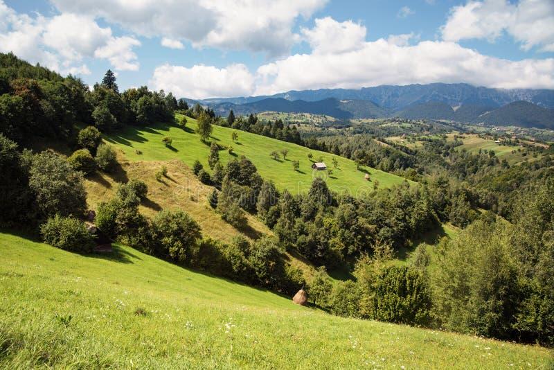 Wiejski krajobraz z domu i siana rolkami w Transylvania, Rumunia fotografia stock