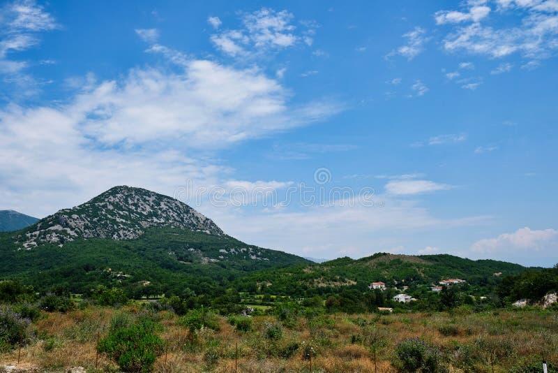 Wiejski krajobraz Z górami, Albania obraz royalty free