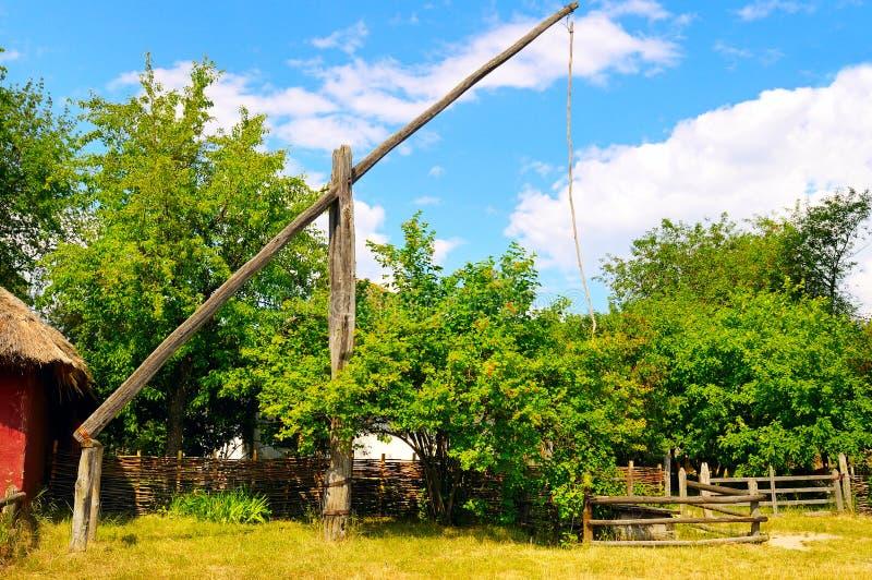 wiejski krajobraz z well żuraw obraz stock