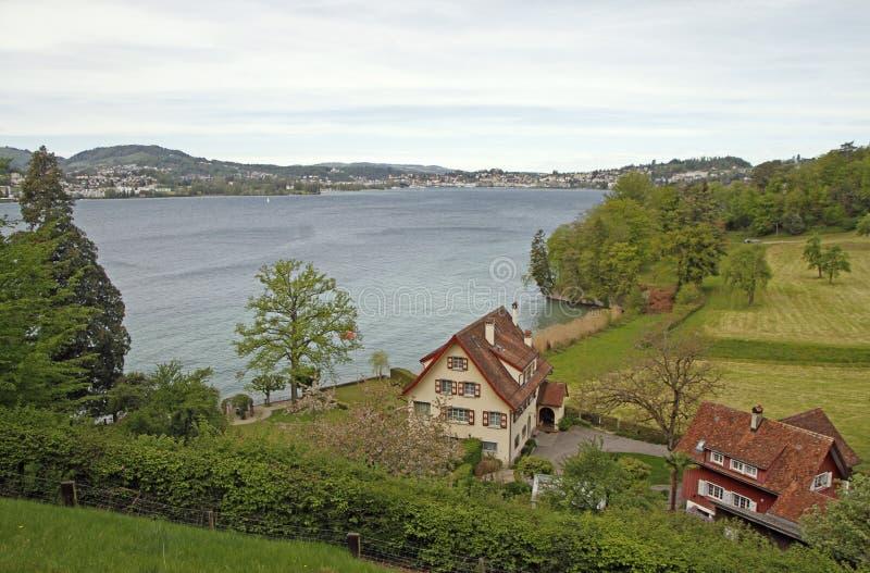 Wiejski krajobrazu strza? na banku Jeziorna lucerna zdjęcia stock