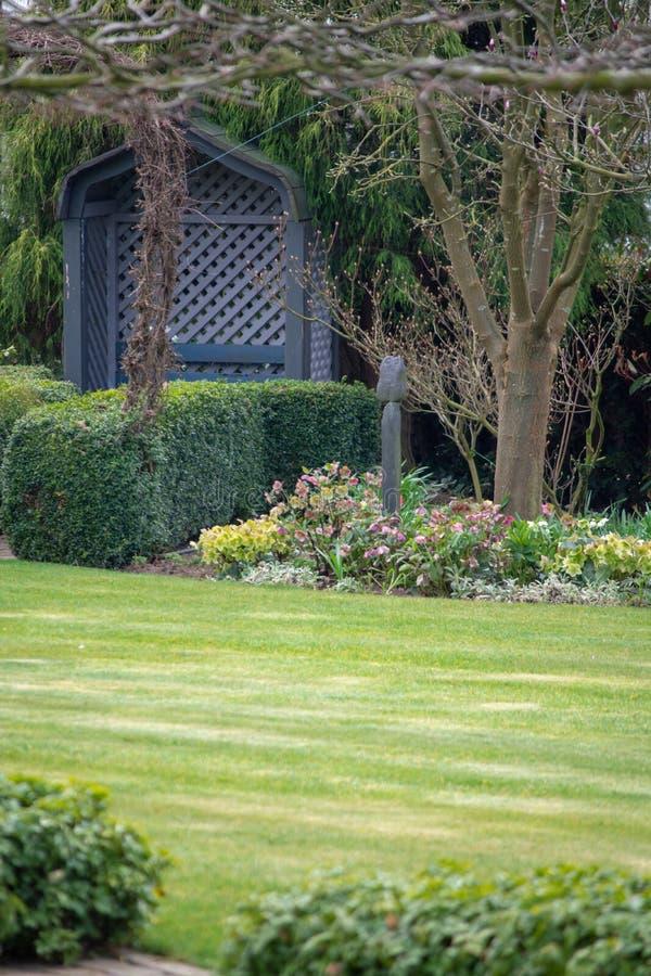 Wiejski kraju stylu wiosny ogród z kolorowymi kwiatami, cutted zdjęcia stock