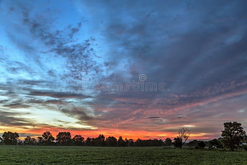 Wiejski obudzenie - Rolny wschód słońca zdjęcie stock
