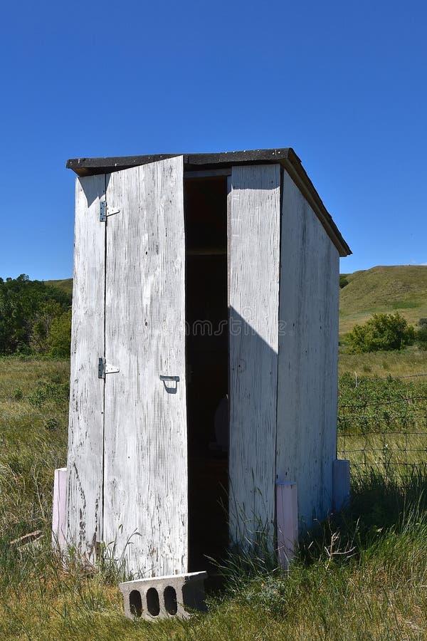 Wiejski outhouse w preryjnych wzgórzach zdjęcia stock