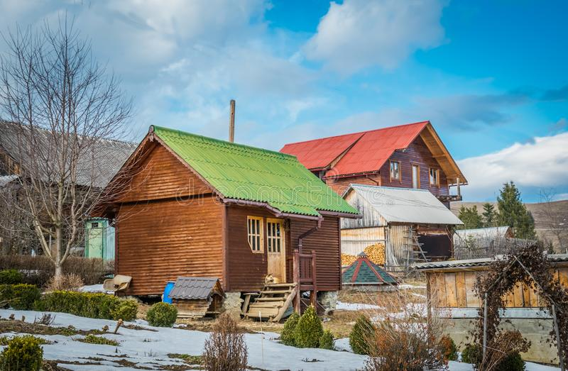 Wiejski rancho w Karpackich górach Drewniane chałupy Malowniczy wioska domy w Karpackich górach fotografia stock
