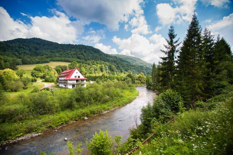 Wiejski widok z rzeką w Bieszczady górach, Polska zdjęcie stock