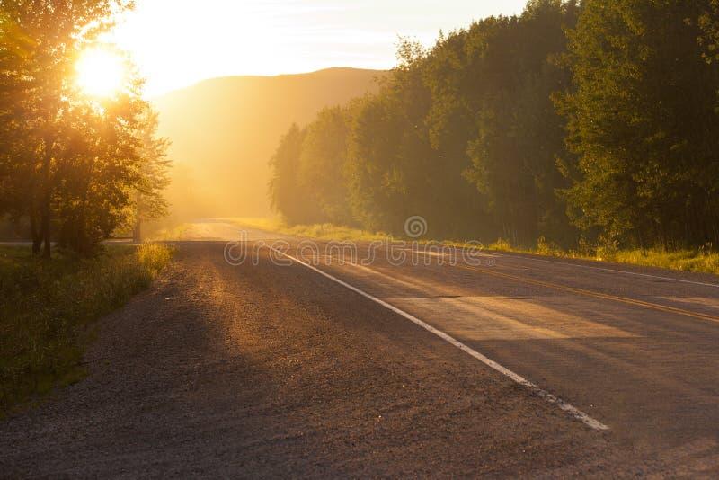 Wiejski wiejska droga wschód słońca, zmierzch lub fotografia royalty free