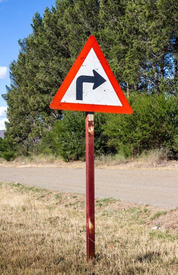 Wiejski zwrota ostrza dobra ruchu drogowego znak obraz royalty free