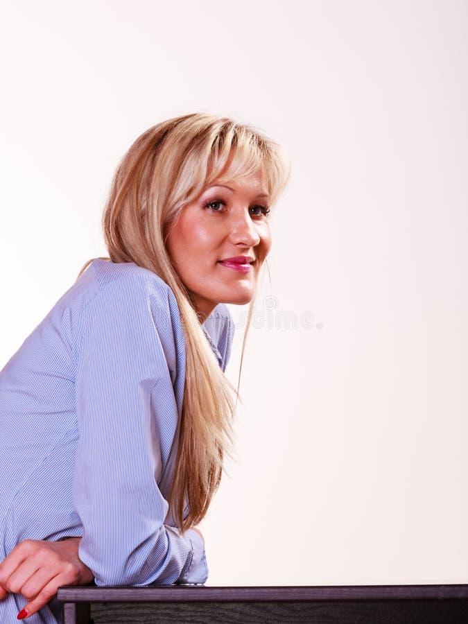 Wiek średni kobieta siedzi przy stołowym bocznym widokiem obraz royalty free