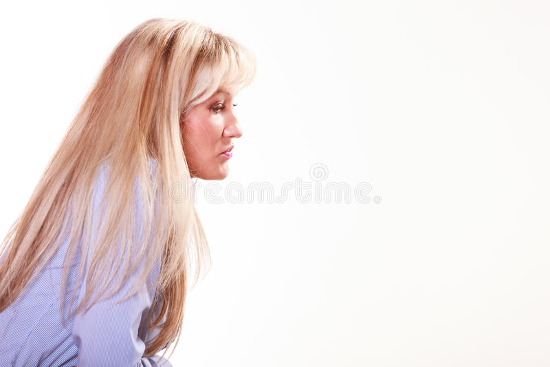 Wiek średni kobieta siedzi przy stołowym bocznym widokiem fotografia stock