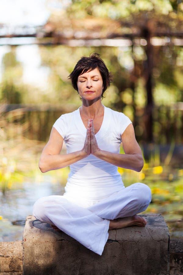 Wiek średni kobiety medytacja fotografia stock