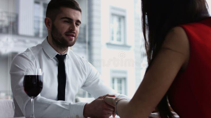 Wiek średni para przy restauracją dobiera się oddziałać wzajemnie przy lunchem w galanteryjnej restauraci obrazy stock