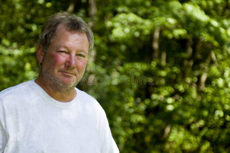 wiek człowieka szczęśliwym tła środek lesisty zdjęcie stock