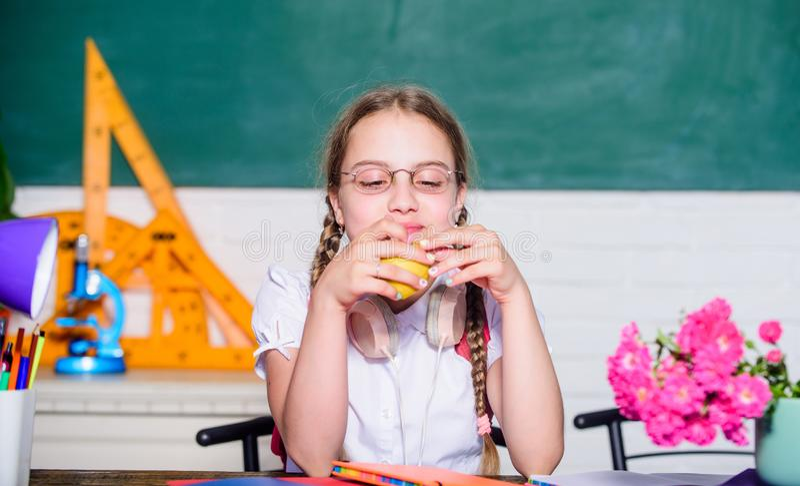 Wiek dojrzewania jeść zdrowy zdrowy łasowanie jest dobry mały genialny dziecko w sali lekcyjnej t?a ?mieszny gwinei lunch nad ?wi zdjęcie royalty free