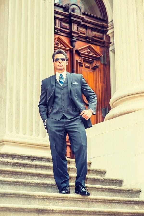 Wieka Średniego Amerykański biznesmen jest ubranym okulary przeciwsłonecznych, podróżuje, w zdjęcie stock