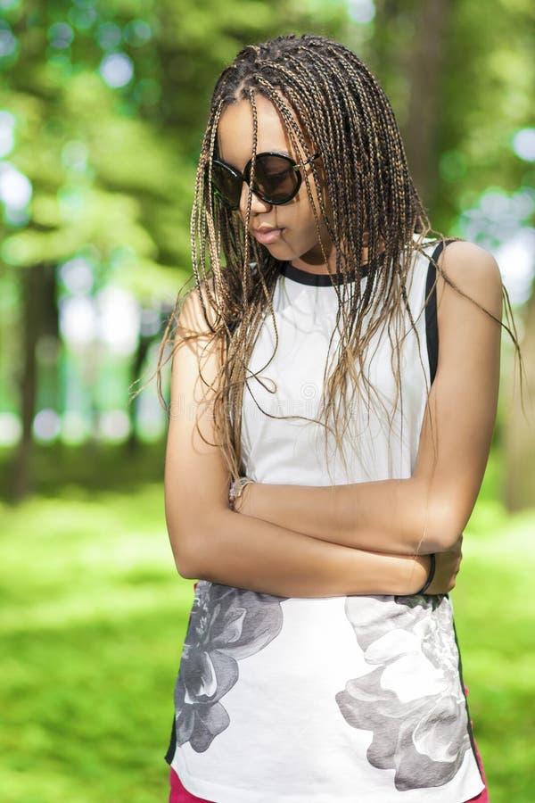 Wieka dojrzewania stylu życia pomysły i pojęcia Amerykanin Afrykańskiego Pochodzenia nastoletnia dziewczyna Z Długimi Dreadlocks zdjęcia stock