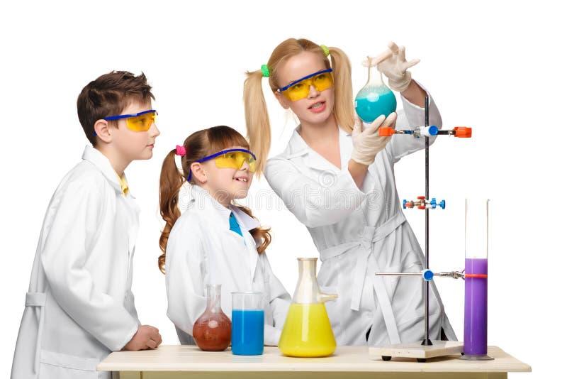 Wieki dojrzewania i nauczyciel chemia przy lekcyjnym robić obrazy stock