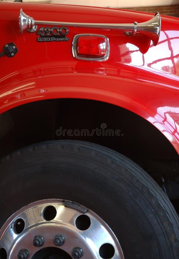 Wiel en sirene van rode brandmotor royalty-vrije stock afbeeldingen